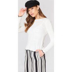 Trendyol Sweter z ozdobnym wykończeniem - White. Białe swetry damskie Trendyol, z dzianiny, z okrągłym kołnierzem. W wyprzedaży za 50.48 zł.