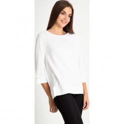 Biała strukturalna bluzka QUIOSQUE. Białe bluzki damskie QUIOSQUE, z dzianiny, klasyczne, z długim rękawem. W wyprzedaży za 99.99 zł.