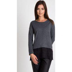 Szaro-czarny asymetryczny sweter  QUIOSQUE. Czarne swetry damskie QUIOSQUE, z dzianiny, z asymetrycznym kołnierzem. W wyprzedaży za 79.99 zł.