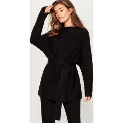 Sweter z paskiem - Czarny. Czarne swetry damskie Mohito. Za 119.99 zł.
