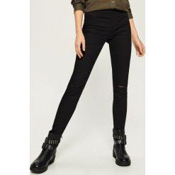 Spodnie slim z dziurami - Czarny. Czarne spodnie materiałowe damskie Sinsay. W wyprzedaży za 39.99 zł.