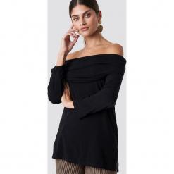 NA-KD Sweter z lekkiej dzianiny z odkrytymi ramionami - Black. Czarne swetry damskie NA-KD, z dzianiny. Za 52.95 zł.
