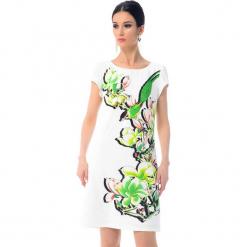 Sukienka w kolorze białym ze wzorem. Białe sukienki damskie Ostatnie sztuki w niskich cenach, z okrągłym kołnierzem. W wyprzedaży za 379.95 zł.