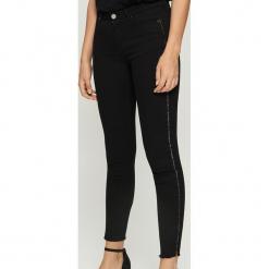 Spodnie z dekoracyjną taśmą - Czarny. Spodnie materiałowe damskie marki Sinsay. W wyprzedaży za 39.99 zł.