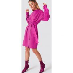 NA-KD Trend Sukienka oversize z wiązaniem w talii - Pink. Sukienki damskie NA-KD Trend, w paski, z długim rękawem. Za 161.95 zł.