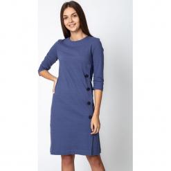 Niebieska sukienka z ozdobnymi guzikami QUIOSQUE. Niebieskie sukienki damskie QUIOSQUE, z dzianiny, biznesowe, z dekoltem na plecach. Za 179.99 zł.