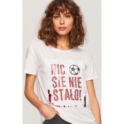 T-shirt z magicznymi cekinami - Biały. T-shirty damskie marki bonprix. W wyprzedaży za 19.99 zł.