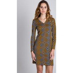 Dopasowana sukienka we wzory z długim rękawem BIALCON. Szare sukienki damskie BIALCON, na jesień, wizytowe, dekolt w kształcie v, z długim rękawem. W wyprzedaży za 188.00 zł.
