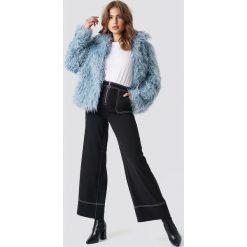 NA-KD Trend Krótka kurtka sztuczne futro - Blue. Niebieskie kurtki damskie NA-KD Trend, z futra. Za 283.95 zł.