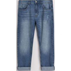 Jeansy regular fit z recyclingu - Niebieski. Niebieskie jeansy męskie Reserved. W wyprzedaży za 69.99 zł.