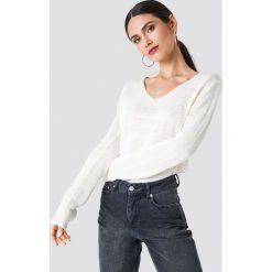 Rut&Circle Sweter dzianinowy z dekoltem V Ninni - White. Białe swetry damskie Rut&Circle, z dzianiny. Za 80.95 zł.