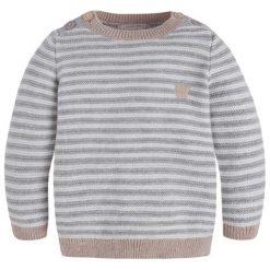 Sweter w kolorze szaro-białym. Białe swetry dla chłopców marki Mayoral, w paski, z okrągłym kołnierzem. W wyprzedaży za 69.95 zł.