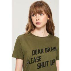 T-shirt z napisem - Khaki. Brązowe t-shirty damskie Sinsay, z napisami. W wyprzedaży za 9.99 zł.