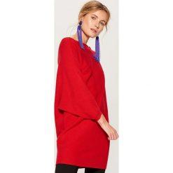 Luźny sweter z prostym dekoltem - Czerwony. Czerwone swetry damskie Mohito. Za 129.99 zł.