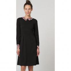 Sukienka w kolorze czarnym. Czarne sukienki damskie TrakaBarraka, z dekoltem na plecach. W wyprzedaży za 139.95 zł.