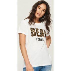 T-shirt z nadrukiem w panterkę - Biały. T-shirty damskie marki DOMYOS. W wyprzedaży za 14.99 zł.