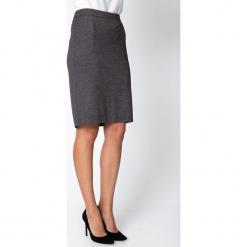 Czarna ołówkowa spódnica w mikrowzór QUIOSQUE. Czarne spódnice damskie QUIOSQUE, z dzianiny, biznesowe. Za 139.99 zł.