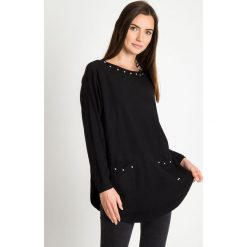 Czarny sweter z kieszeniami na przodzie QUIOSQUE. Czarne swetry damskie QUIOSQUE, z jeansu, z dekoltem na plecach. Za 159.99 zł.