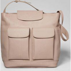 Skórzana torebka w kolorze beżowym - 40 x 45 x 7 cm. Torebki do ręki damskie Marc O'Polo Accessoires. W wyprzedaży za 600.95 zł.