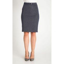 Granatowa ołówkowa spódnica w mikrowzór QUIOSQUE. Szare spódnice damskie QUIOSQUE, w paski, z dzianiny, biznesowe. Za 139.99 zł.