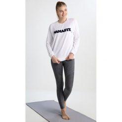 YUJ NAMASTE Bluza white/navy. Bluzy sportowe damskie YUJ, z bawełny. W wyprzedaży za 349.30 zł.