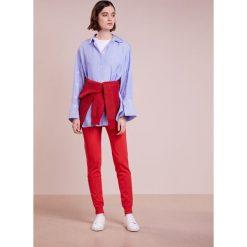 DESIGNERS REMIX CASEY PANTS Spodnie treningowe rot. Spodnie sportowe damskie DESIGNERS REMIX, z dresówki. Za 839.00 zł.