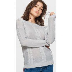 Sweter z warkoczowym splotem - Jasny szary. Szare swetry damskie Cropp, ze splotem. Za 49.99 zł.