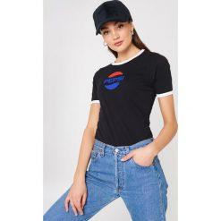 Sweet SKTBS T-shirt Sweet Pepsi Ringer - Black. Czarne t-shirty damskie Sweet SKTBS, z kontrastowym kołnierzykiem. W wyprzedaży za 40.38 zł.
