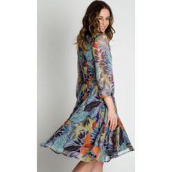 Zwiewna sukienka z szyfonu  BIALCON. Szare sukienki damskie BIALCON, na lato, w kolorowe wzory, z szyfonu, biznesowe, z kopertowym dekoltem. W wyprzedaży za 269.00 zł.