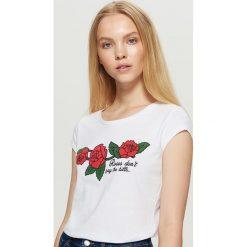 Koszulka z motywem róży - Biały. Białe t-shirty damskie Cropp. Za 19.99 zł.