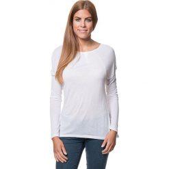 Koszulka w kolorze białym. Bluzki damskie Benetton, z okrągłym kołnierzem, z długim rękawem. W wyprzedaży za 86.95 zł.