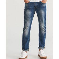 Jeansy z dziurami regular fit - Niebieski. Niebieskie jeansy męskie Reserved. Za 129.99 zł.