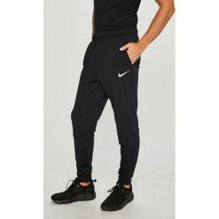 Nike - Spodnie. Szare spodnie sportowe męskie Nike, z dzianiny. Za 189.90 zł.