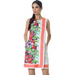 Sukienka w kolorze biało-koralowym ze wzorem. Białe sukienki damskie Ostatnie sztuki w niskich cenach, z okrągłym kołnierzem. W wyprzedaży za 339.95 zł.