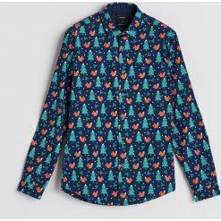 Koszula z motywem świątecznym - Khaki. Brązowe koszule męskie Reserved. Za 59.99 zł.