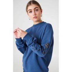 NA-KD Bluza z wyszywanymi różami na rękawach - Blue. Niebieskie bluzy damskie NA-KD. Za 133.95 zł.