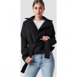 Rut&Circle Krótki płaszcz Tove - Black. Czarne płaszcze damskie Rut&Circle, w paski. Za 323.95 zł.