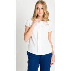 Biała bluzka z kontrafałdami QUIOSQUE. Białe bluzki damskie QUIOSQUE, z tkaniny, biznesowe, z kopertowym dekoltem, z długim rękawem. W wyprzedaży za 69.99 zł.