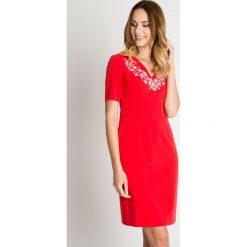 Czerwona sukienka ze zdobionym dekoltem BIALCON. Czerwone sukienki damskie BIALCON, z haftami, z kopertowym dekoltem, z krótkim rękawem. W wyprzedaży za 202.00 zł.