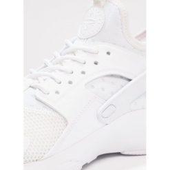Nike Sportswear AIR HUARACHE RUN ULTRA Tenisówki i Trampki white. Buty sportowe chłopięce Nike Sportswear, z materiału. W wyprzedaży za 404.10 zł.