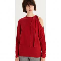 Sweter z odkrytym ramieniem - Czerwony. Czerwone swetry damskie Sinsay. Za 59.99 zł.