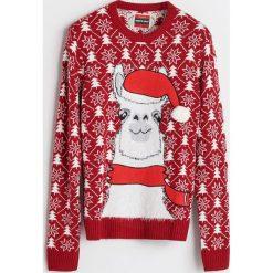 Sweter ze świątecznym motywem - Czerwony. Czerwone swetry damskie Reserved. Za 79.99 zł.