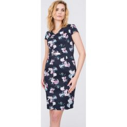 Czarna sukienka w delikatne kwiaty QUIOSQUE. Czarne sukienki damskie QUIOSQUE, w kolorowe wzory, z bawełny, eleganckie, z kopertowym dekoltem. W wyprzedaży za 79.99 zł.