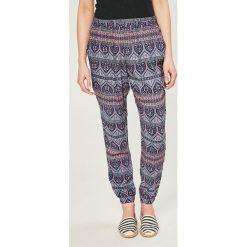 Roxy - Spodnie. Szare spodnie materiałowe damskie Roxy, z tkaniny. W wyprzedaży za 179.90 zł.