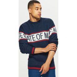 Sweter z napisem - Granatowy. Niebieskie swetry przez głowę męskie Cropp, z napisami. Za 99.99 zł.