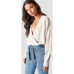 NA-KD Trend Sweter z kopertowym dekoltem - Beige. Brązowe swetry damskie NA-KD Trend, z elastanu, z kopertowym dekoltem. Za 121.95 zł.