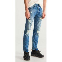 Jeansy slim fit z przetarciami - Niebieski. Jeansy męskie marki bonprix. W wyprzedaży za 69.99 zł.