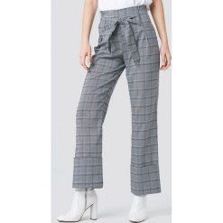 NA-KD Trend Rozszerzane spodnie z wiązaniem - Grey. Szare spodnie materiałowe damskie NA-KD Trend, z tkaniny. Za 161.95 zł.