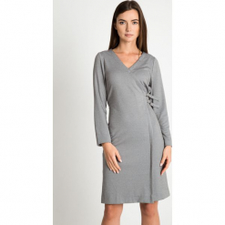 Szara sukienka z dekoltem V QUIOSQUE. Szare sukienki damskie QUIOSQUE, na zimę, z dzianiny, biznesowe, z kopertowym dekoltem. W wyprzedaży za 159.99 zł.