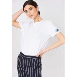 NA-KD T-shirt Rose Sleeve Embroidery - White. Białe t-shirty damskie NA-KD, z bawełny, z okrągłym kołnierzem. W wyprzedaży za 42.67 zł.